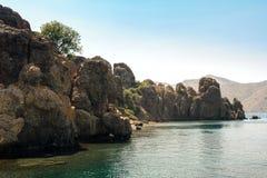 Stenig shoreline i Turkiet royaltyfria bilder