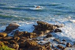 Stenig shoreline nedanför Heisler parkerar, Laguna Beach, CA Royaltyfri Foto