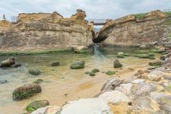 Stenig shoreline och himmel Royaltyfria Bilder