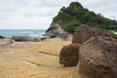 Stenig shoreline och sand Royaltyfria Foton