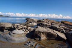 Stenig shoreline som väntar på stormen Arkivbilder
