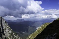 Stenig slinga i berg i sommar Arkivbilder