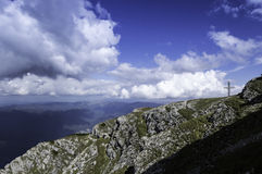 Stenig slinga i berg i sommar Fotografering för Bildbyråer