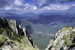 Stenig slinga i berg i sommar Royaltyfri Foto