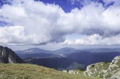 Stenig slinga i berg i sommar Royaltyfria Foton