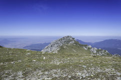 Stenig slinga i berg i sommar Arkivfoto