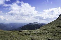 Stenig slinga i berg i sommar Arkivbild