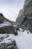 Stenig slinga i berglandskap i vinter Arkivbild
