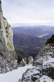 Stenig slinga i berglandskap i vinter Fotografering för Bildbyråer