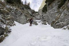 Stenig slinga i berglandskap i vinter Arkivfoto
