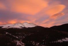 stenig solnedgång för berg Arkivbilder