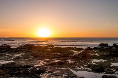 stenig solnedgång för strand Royaltyfri Foto