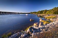 Stenig Östersjön kustlinje Arkivfoton