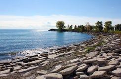Stenig strand av Lake Ontario Arkivfoto