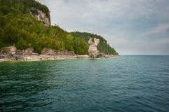 Stenig strand för blått vatten Royaltyfri Foto