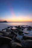 Stenig strand för solnedgång Arkivfoton