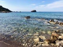 Stenig strand i Cypern arkivbild