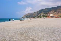 Stenig strand i den Campora San Giovani staden Arkivbilder