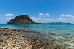 Stenig strand i det Krabi landskapet, Thailand Royaltyfria Foton