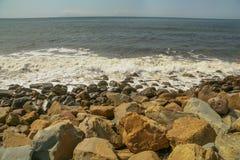 Stenig strand i Faria Beach National Park i Kalifornien royaltyfri fotografi