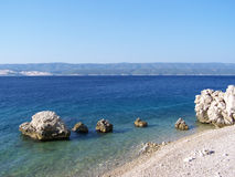 Stenig strand i Kroatien Royaltyfria Foton