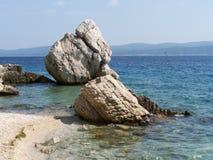Stenig strand i Kroatien Arkivbilder
