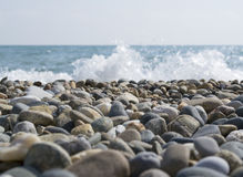 Stenig strand med havssikter Fotografering för Bildbyråer