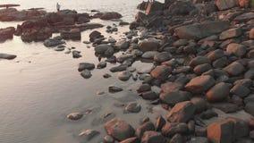Stenig strand n?ra den Palolem stranden p? solnedg?ngen Goa tillst?nd india lager videofilmer