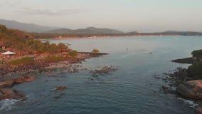 Stenig strand n?ra den Palolem stranden p? solnedg?ngen Goa tillst?nd india arkivfilmer