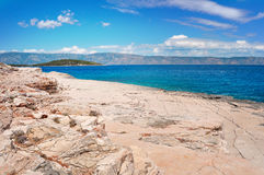 Stenig strand och kustlinje av Adriatiskt havet Royaltyfri Bild