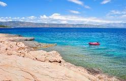 Stenig strand och kustlinje av Adriatiskt havet Arkivfoto