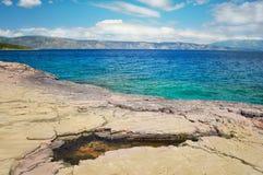 Stenig strand och kustlinje av Adriatiskt havet Royaltyfria Bilder