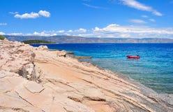 Stenig strand och kustlinje av Adriatiskt havet Arkivbild