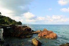 Stenig strand på Andaman öar, Indien arkivbilder