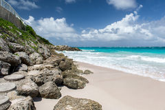 Stenig strand på den tropiska ön Royaltyfria Bilder