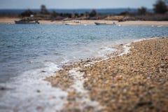 Stenig strand på fjärden royaltyfria foton