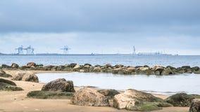 Stenig strand på golfen av Finland Port av Sillamae Royaltyfria Foton