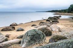 Stenig strand på golfen av Finland Sillamae Arkivfoto