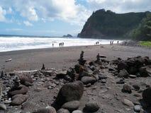 Stenig strand, svart sand Hawaii Arkivfoto