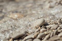 Stenig strandlinje med den mjuka fokusen Fotografering för Bildbyråer