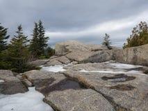 Stenig toppmöte för Adirondack berg i vinter arkivbilder