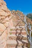 Stenig trappa och blå himmel Arkivbilder