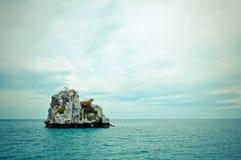 Stenig tropisk ö i golf av Thailand Royaltyfri Bild