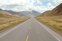 Stenig väg i peruanen Anderna arkivbilder