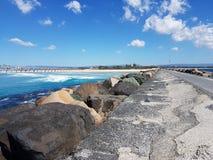 Stenig väg längs havet royaltyfria bilder
