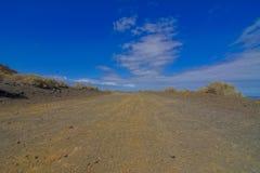 Stenig väg på den vulkaniska öknen Arkivfoton