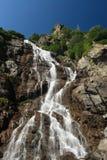 stenig vattenfall för berg Arkivfoto
