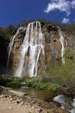 Stenig vattenfall i bygd Arkivfoton