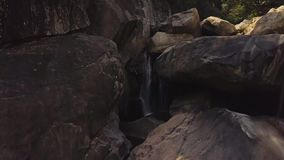 Stenig vattenfall i flyg- landskap för bergflod Flödesflodvatten i bergvattenfall i lös skogsurrsikt lager videofilmer