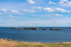 Steniga öar på Dalhousie, New Brunswick arkivbild